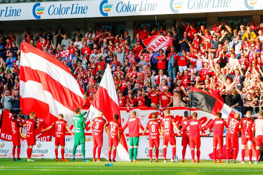 .Branns spillere hylles etter eliteseriekampen i fotball mellom Start og Brann (0-1) på Sør Arena.Foto: Tor Erik Schrøder / NTB scanpix