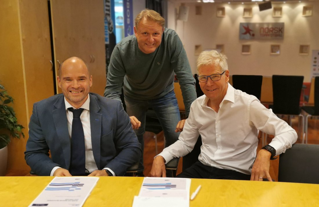 Kåre Bottolfsen (CEO of TicketCo), Thomas Torjusen (CDO of Norsk Toppfotball) and Leif Øverland (CEO of Norsk Toppfotball) in connection with signing the agreement. Photo: Dag Frode Algerøy