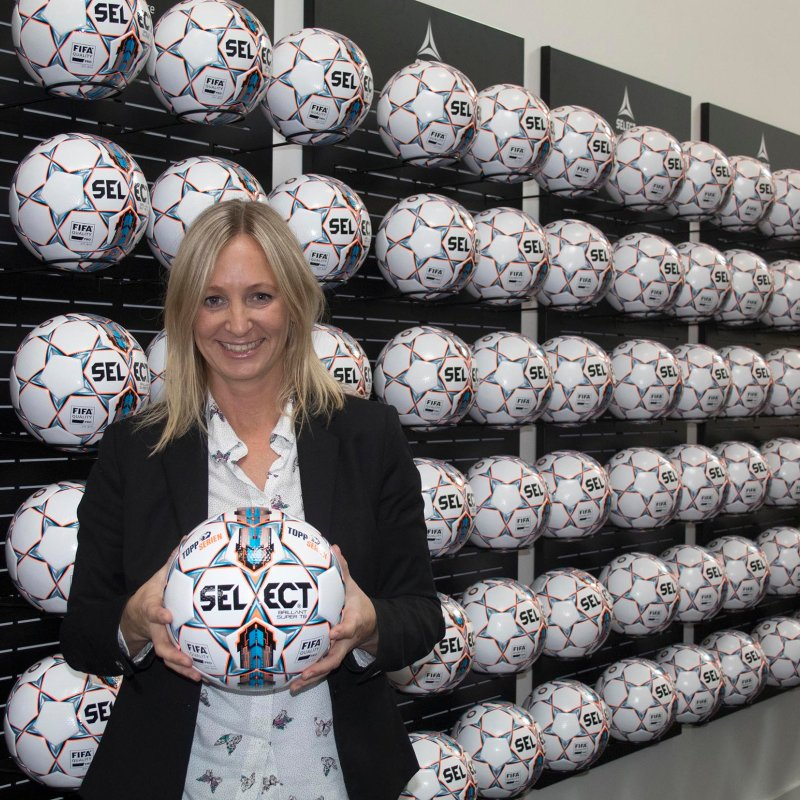 Hege Jørgensen, daglig leder i Serieforeningen for kvinner viser stolt frem ballen
