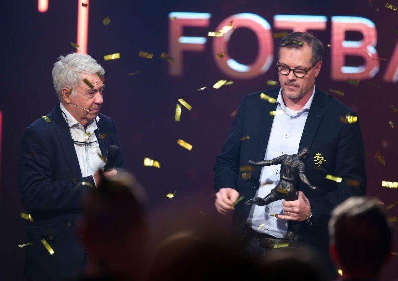 Prisutdeling under Fotballfesten søndag kveld. Egil Drillo Olsen og vinneren av Kniksenprisen, KJetil Rekdal. Foto: Ørn E. Borgen / NTB scanpix