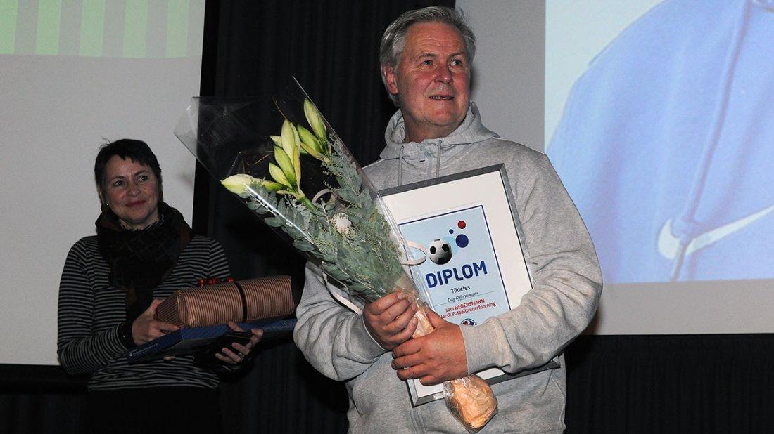 22 ÅR: Dag Opjordsmoen har sittet i styret i NFT i 22 år, og ble tildelt NFTs Hederstegn med diplom på Cupfinaleseminaret. I bakgrunnen kona Hilde. Foto: Ivar Thoresen