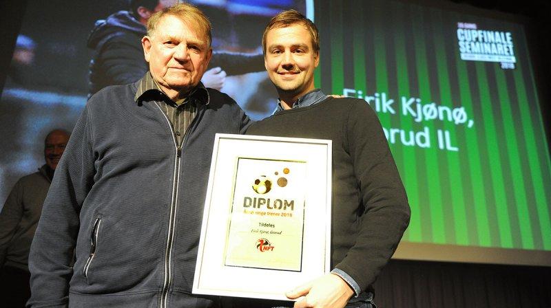 NGE TRENER: Eirik Kjønø fikk NFTs pris som Årets unge trener av hedersmann Sverre Dreier under åpningen av Cupfinaleseminaret fredag. Foto: Ivar Thoresen
