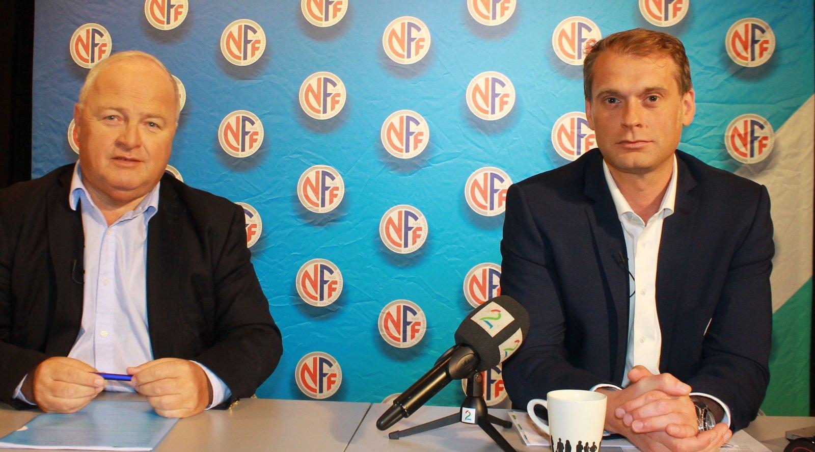 Fotballpresident Terje Svendsen og klubblisensansvarlig Rune Nordhaug gleder seg over utviklingen i klubbøkonomien hos toppfotballklubbene. Foto: NFF