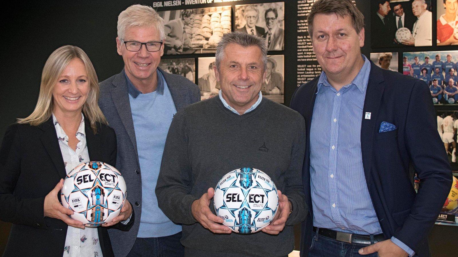 Hege Jørgensen (SKF), Leif Øverland (NTF), Steinar Felde (SELECT) og Pål Breen (NTF) viser stolt frem de nye ligaballene for Eliteserien og Toppserien.